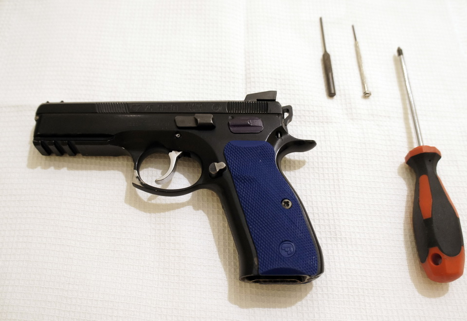 Practical shooting  Complete disassembly/assembly of a CZ 75